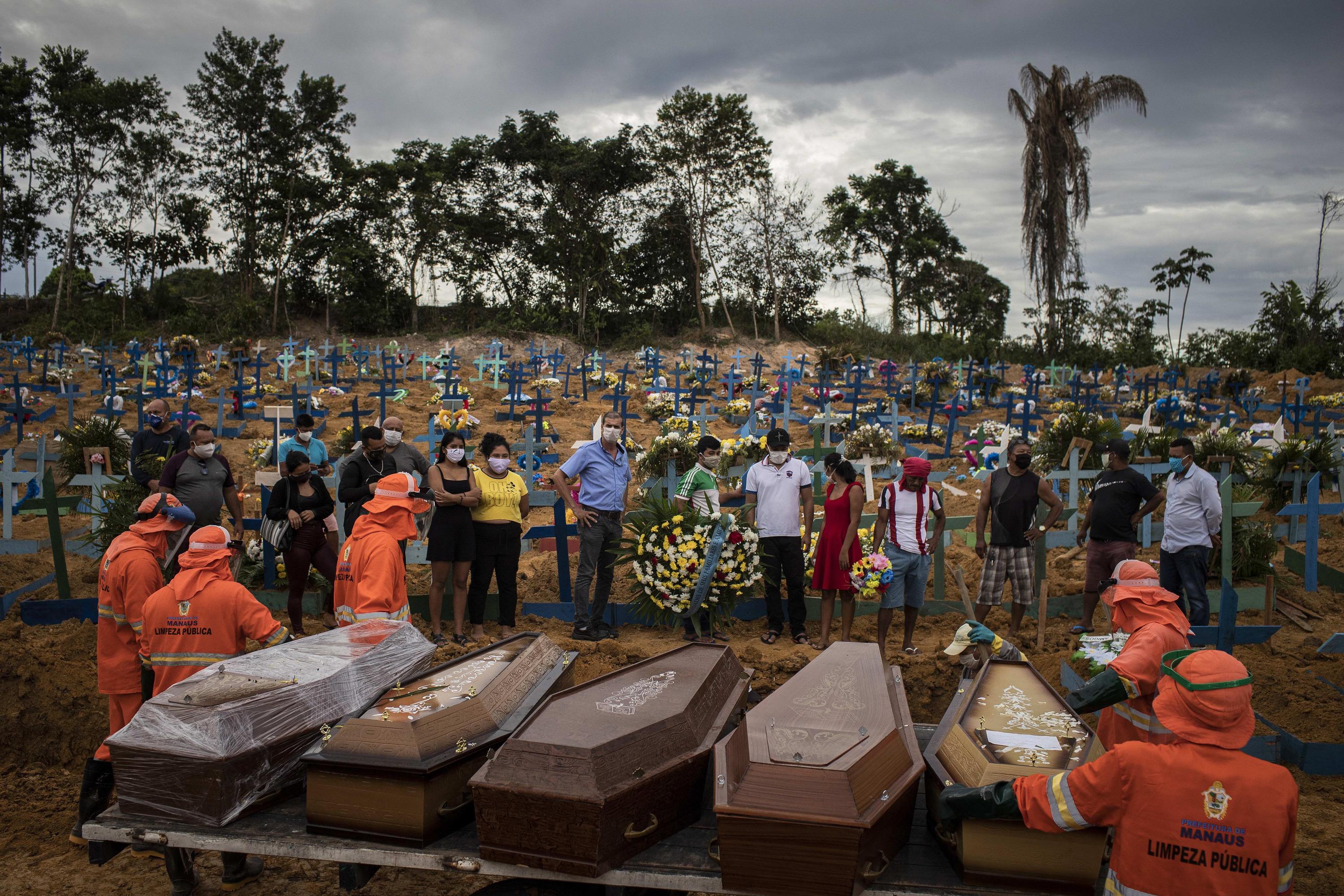 Похороны жертв коронавируса на кладбище Nossa Senhora Aparecida в бразильском Манаусе