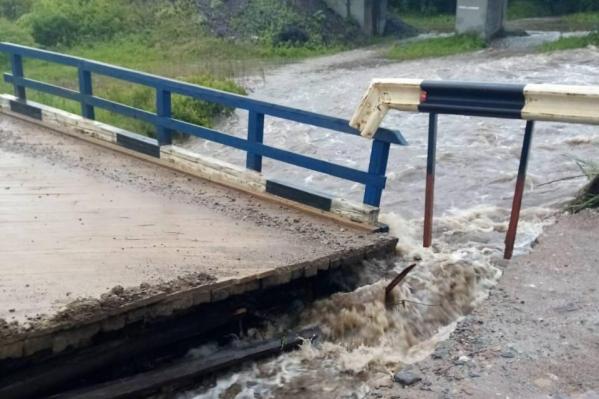 Один из разрушенных мостов, движение приостановлено