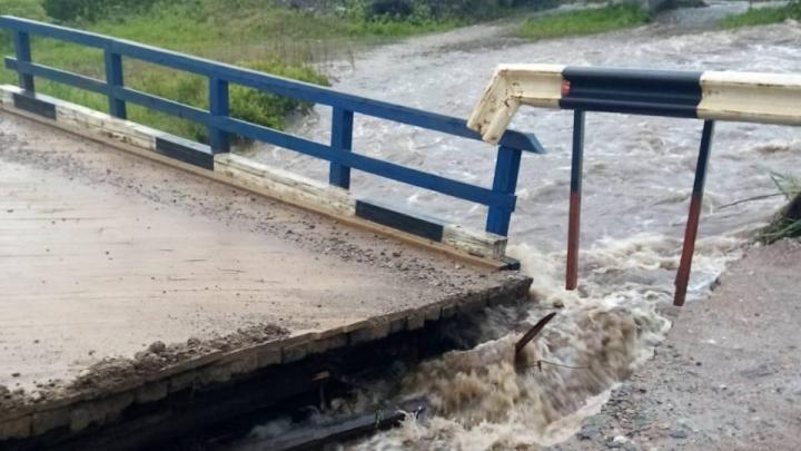 Разрушены мосты, часть жителей эвакуирована: в двух районах края сильный паводок