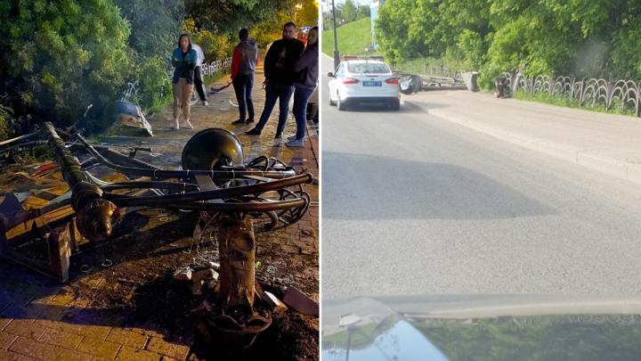 В Тюмени иномарка снесла столб и опрокинулась с Никольского моста