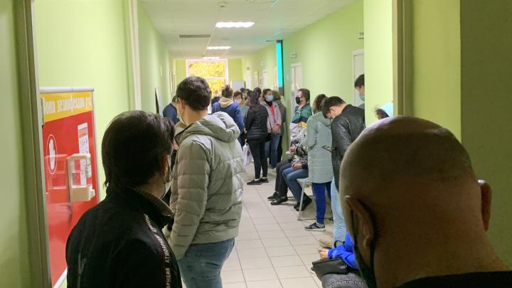 В уфимской поликлинике люди с подозрением на COVID-19 находятся в одной очереди с больными ОРВИ