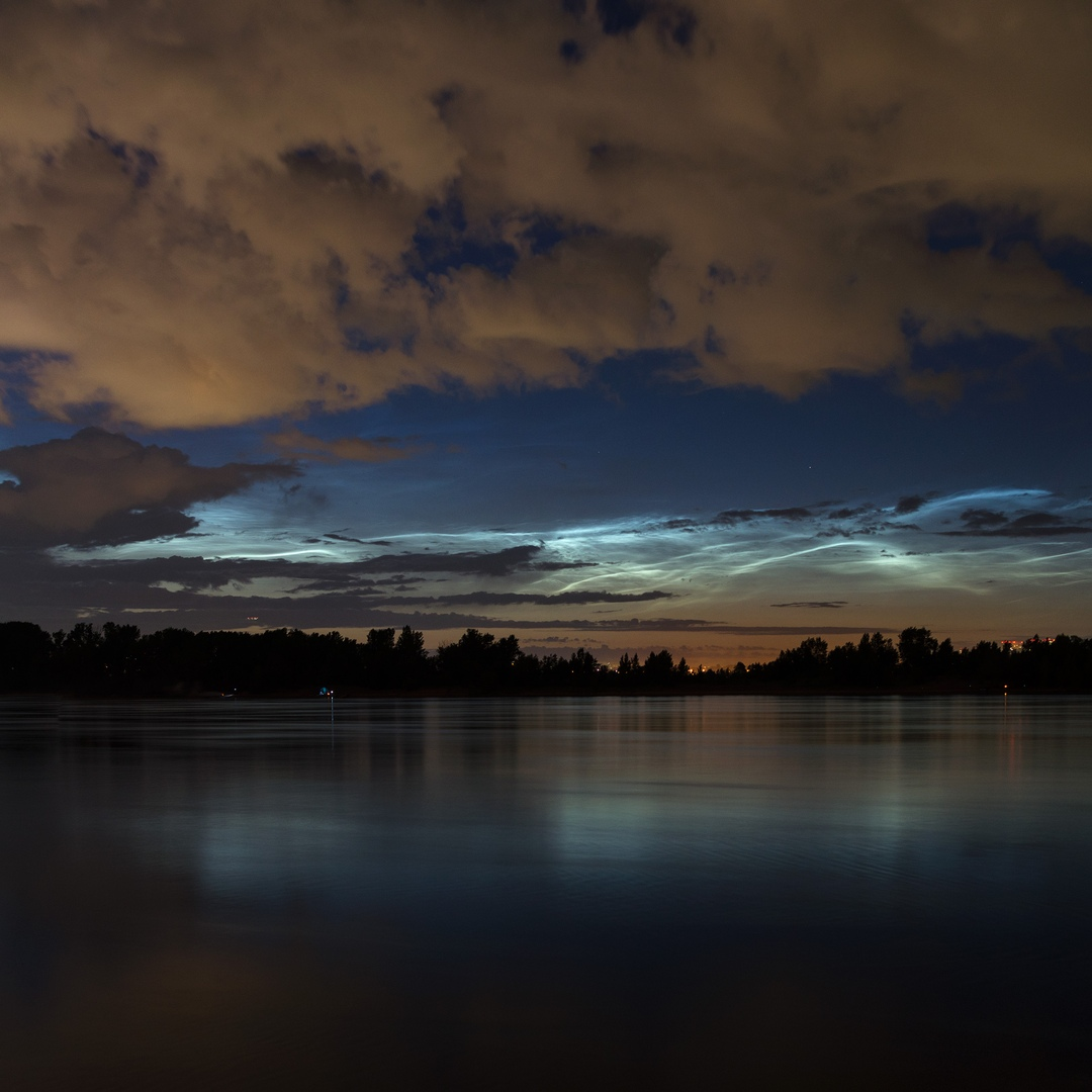 Природа и механизмы возникновения таких облаков до конца не изучены. Скорее всего, они состоят из мелких кристалликов льда, сконденсировавшихся вокруг пылинок в атмосфере, в том числе под действием потока космических лучей<br>