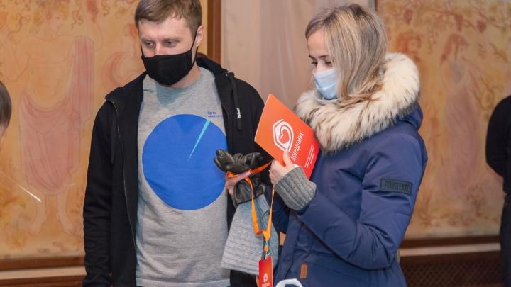 «Волонтёрят» даже известные люди: добровольцы города развозят бесплатные продукты пенсионерам