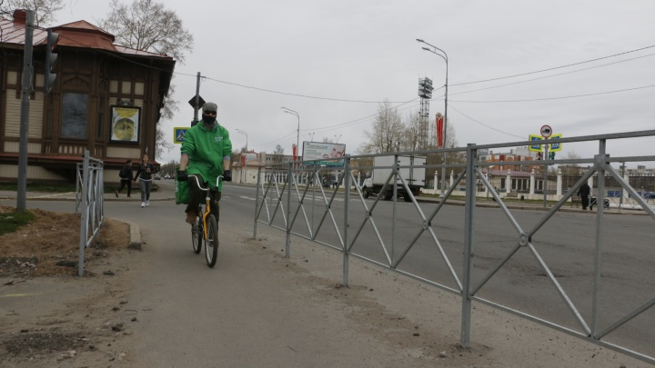 «Напоминают оградки на кладбище»: как жители Архангельска оценивают новые заборы в городе