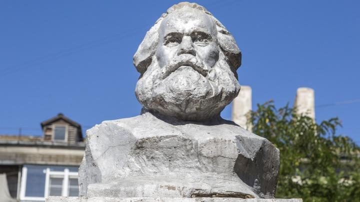 Цементом ему уже не поможешь: дворовой Карл Маркс оказался не нужен ни коммунистам, ни чиновникам Волгограда
