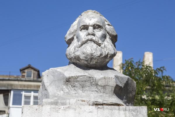 Один из основателей марксизма сурово смотрит на современную действительность