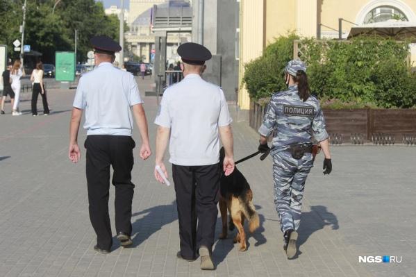 Некоторые сотрудники патрулируют улицы со служебными собаками