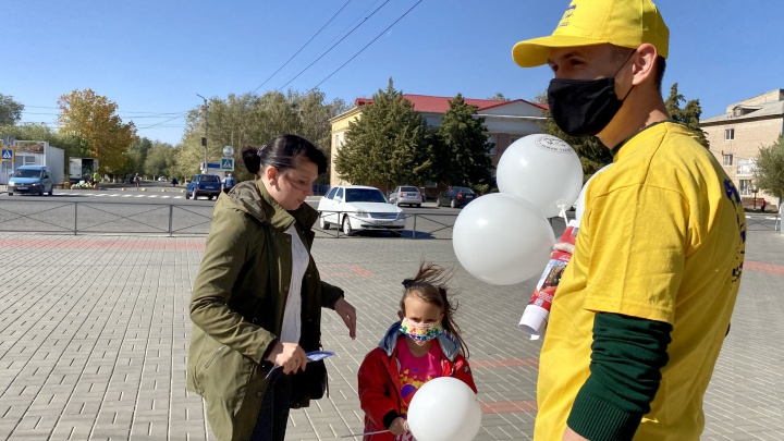 Под Волгоградом на улицы города вышли десятки волонтеров в желтых майках