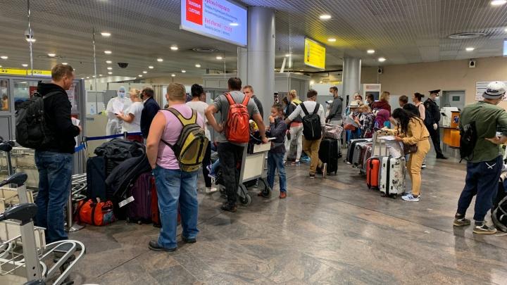 «Вокруг полиция и ОМОН»: прилетевших из Шри-Ланки уральцев не выпускают из транзитной зоны Шереметьево