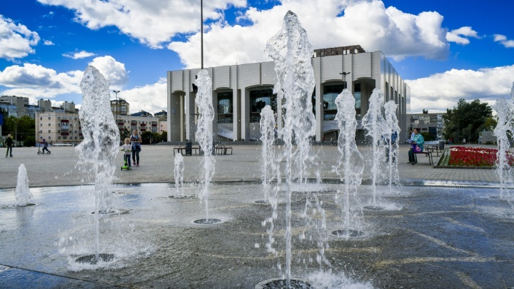 Перед Театром-Театром запустили фонтан: публикуем график работы