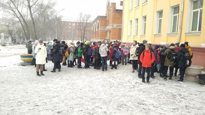 Довольные дети и обеспокоенные родители: как проходила эвакуация в школах. Хроника