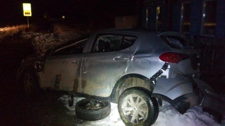 В Курганской области иномарка слетела с трассы и опрокинулась возле жилого дома