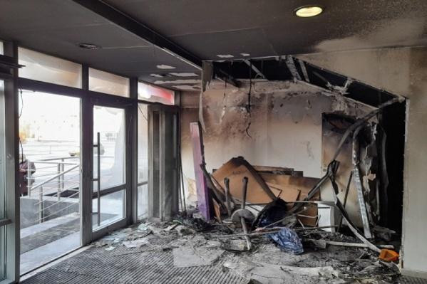 Место возникновения пожара — небольшое помещение под лестницей