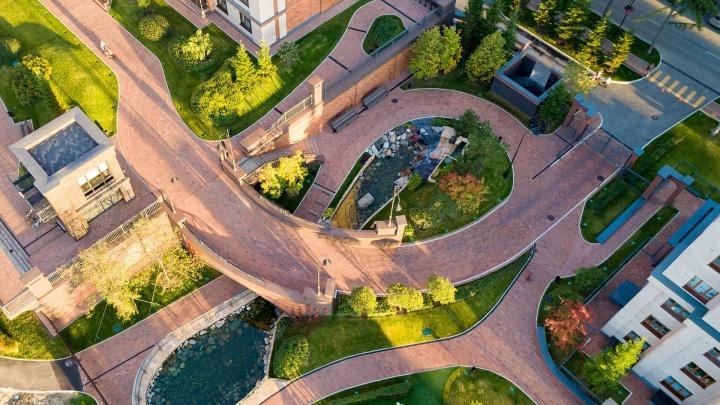 Двор, похожий на трассу «Формулы-1», и Обь под окнами: выбрали новостройки города, которые удивляют