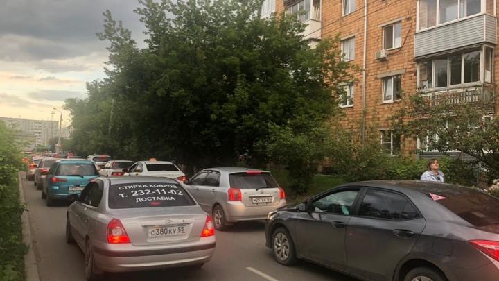 Жители небольшой улицы на правобережье через суд сократили поток транспорта под своими окнами
