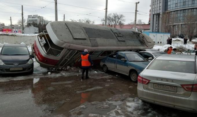 «Надеялась, что не моя»: водители машин рассказали об ущербе от схода трамвая у «Апельсина»