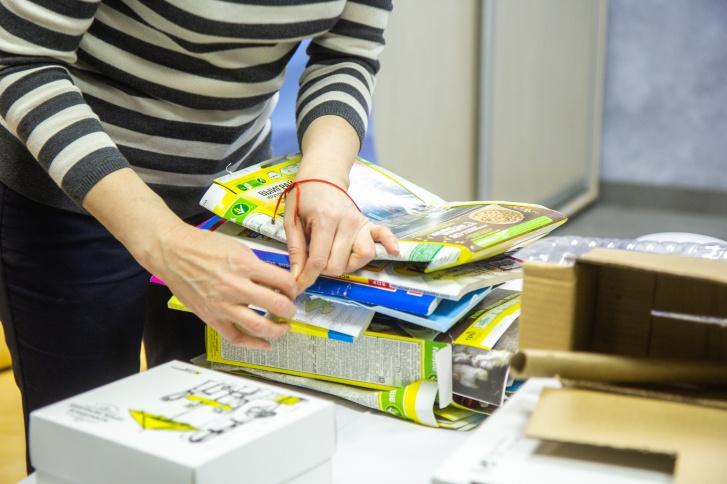 Для перевязки мусора лучше использовать веревки или бумажный скотч