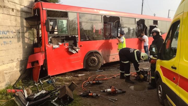В Перми прекратили уголовное дело в отношении водителя автобуса № 53, который врезался в стену на Гайве