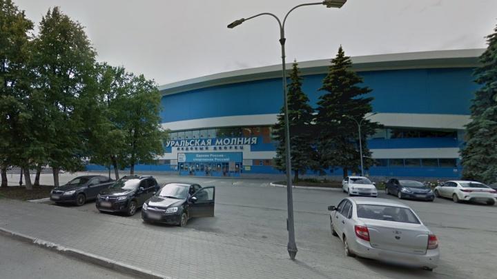 В «Уральской молнии» на льду умер хоккеист-любитель