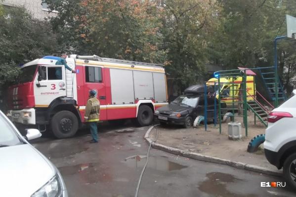 Из-за сильного задымления пожарные эвакуировали из подъезда 10 человек