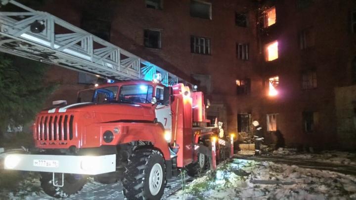 Рухнула кровля и перекрытия: на Уралмаше из-за сильного пожара закрыли движение по дороге