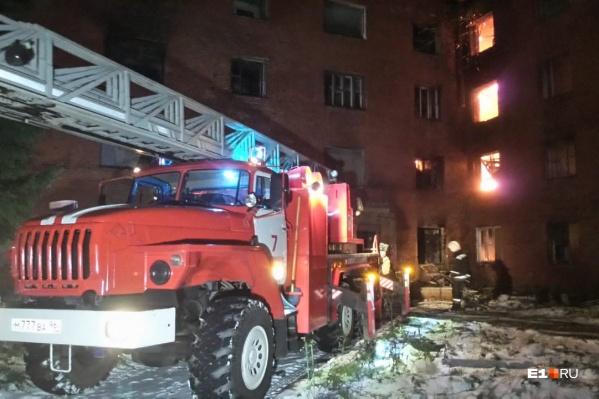 По полу в здании спасатели не могут передвигаться: очень много прогаров с прежних пожаров