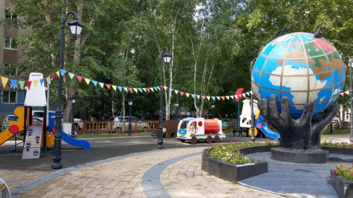 Засунул голову и застрял: спасатели подняли огромную скульптуру «Глобус», чтобы достать маленького тюменца