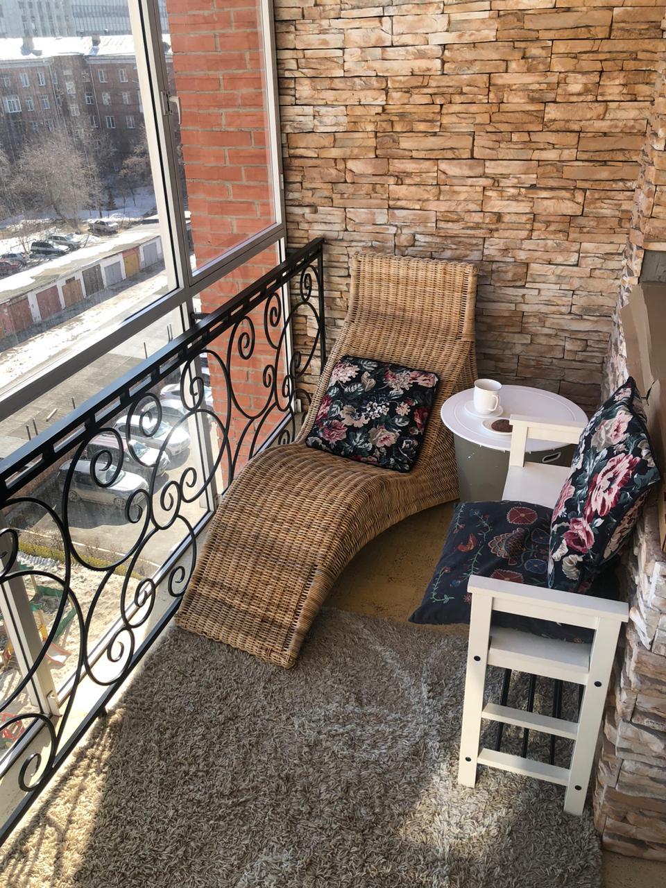 Юлия обустроила очень уютное пространство на своём балконе: здесь можно и работать, и отдыхать в кругу семьи, и даже заниматься йогой