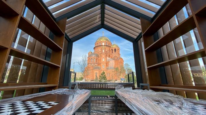 Северный лес и амфитеатр вместо парковки: смотрим, что сделали в вырубленном парке за Александро-Невским собором