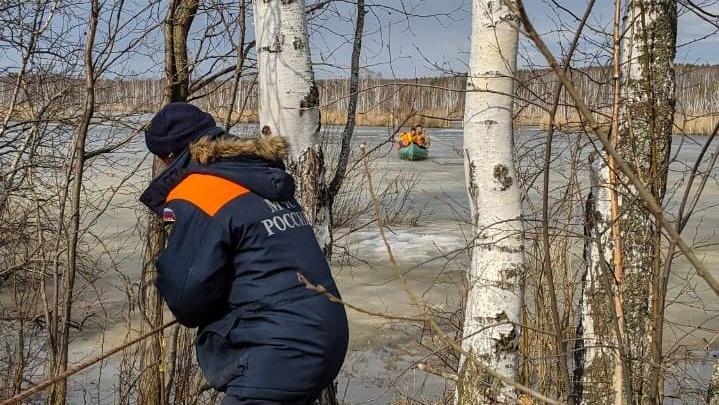На Урале спасатели в гидрокостюмах ползли по рыхлому льду затопленного карьера, чтобы вытащить рыбака
