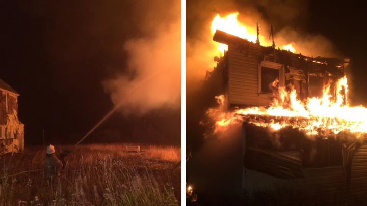 Пожарные спасли от пожара коттедж в Пинежском районе. Соседнее здание полностью сгорело