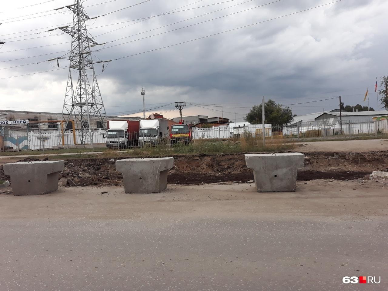 Рядом с перерытым участком установили бетонные блоки