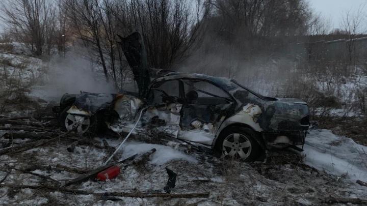 Иномарка загорелась: под Самарой автобус вытолкнул Mercedes с трассы