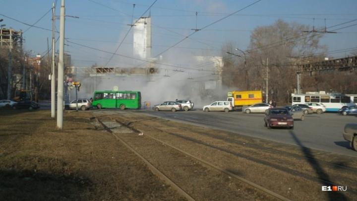 Трамваи перестанут ходить по Челюскинцев из-за прорыва трубы у вокзала