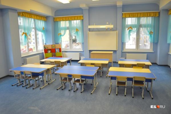 Губернатор говорит, что в области стараются обеспечить местами в дежурных группах всех детей, чьи родители должны работать
