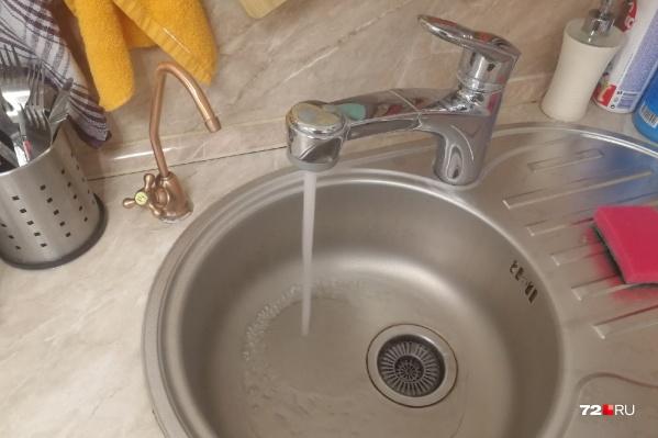 Это далеко не первый случай за последние месяцы, когда тюменцы жалуются на запах воды