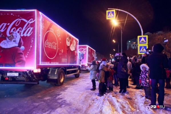 В 2017 году тюменцылюбовались праздничными машинамив центре города, спустя год кураторы «Рождественского каравана» вычеркнули наш город из своего маршрута. А как на этот раз? Узнали и рассказываем