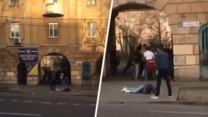 Били лежачего ногами: очевидцы сняли на видео массовую драку болельщиков ЦСКА и «Ростова»