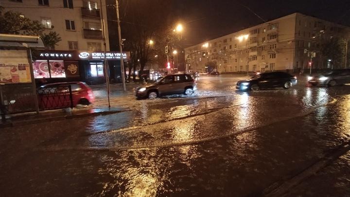 Машины плывут, а не едут: видеоподборка самых мокрых кадров с улиц Екатеринбурга