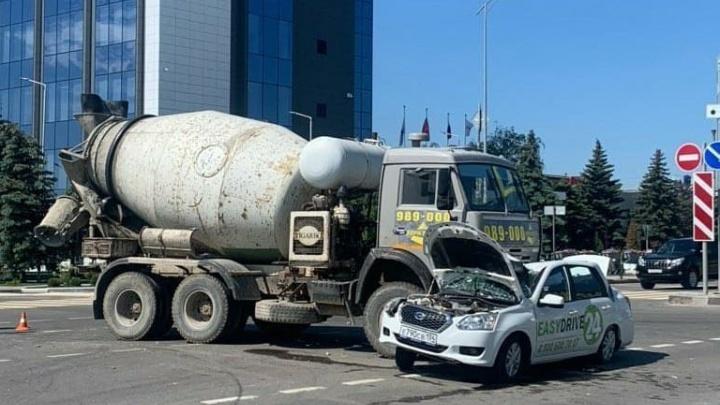 «Пассажир умер в больнице»: полиция назвала виновным в ДТП на шоссе Авиаторов водителя бетономешалки