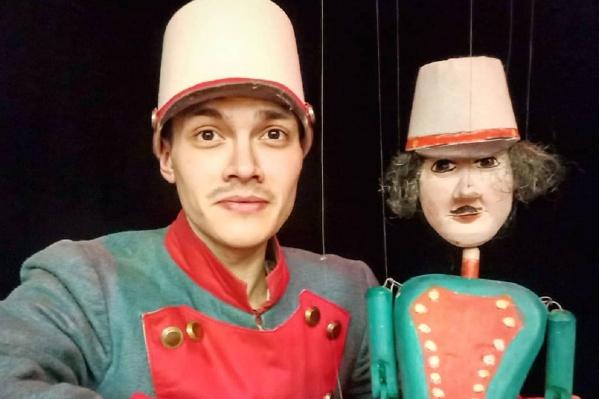 Евгений Абашев учился в колледже искусств и культуры и работал в театре кукол «Туки-Луки»