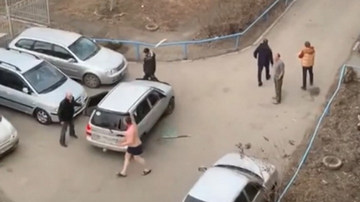 Появилось видео нападения с мачете на омичей из-за плакавшего сына