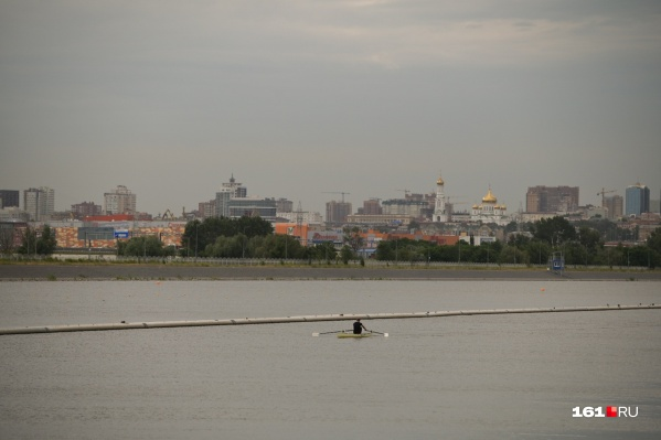 Одинокий гребец на фоне прекрасного вида на правый берег Дона