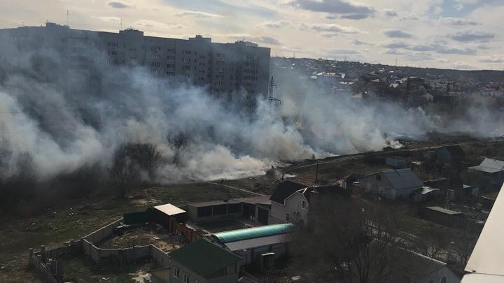 «На земле лежал надышавшийся дымом мальчишка»: в Волгограде рядом с домами вспыхнула сухая трава