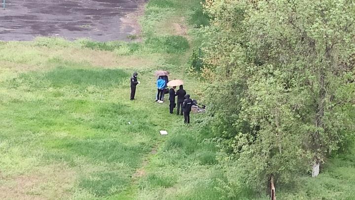 «Рядом лежали гильза и карабин отца»: в Волгограде на школьном дворе нашли застреленного парня