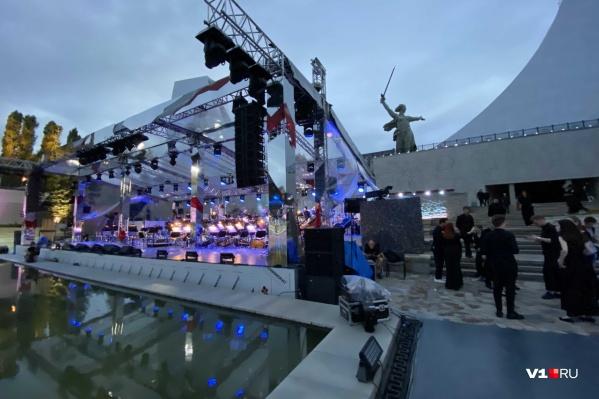 В грандиозном концерте на Мамаевом кургане задействовано около 200 артистов