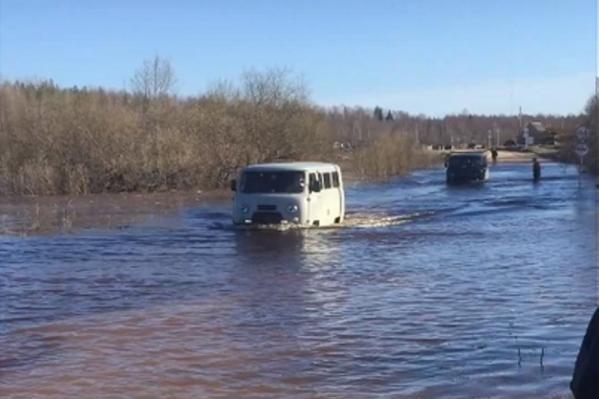 Не все автомобили могут преодолеть разлившуюся реку
