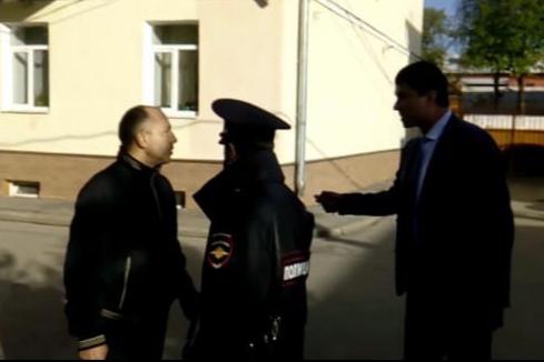 Игорь Кузнецов (справа) устроил склоку со старостой своего дома