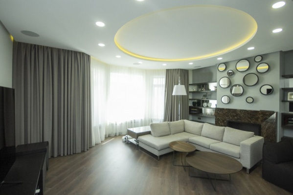 В квартире всё выполнено преимущественно в белых, коричневых и серых тонах