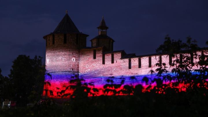 Нижегородский кремль подсветили ко Дню России. Делимся красочными фото
